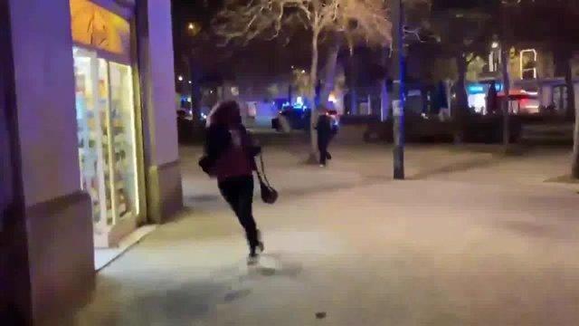 Archivo - Fotograma d'un vídeo en el qual s'observen vianants fugint del lloc on un agent de la Guàrdia Urbana va disparar un sensesostre, al Passeig de Sant Joan de Barcelona. 21 de novembre del 2020.
