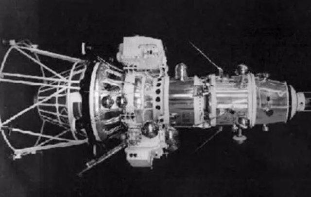 Nave Luna 10, primera en colocarse en órbita lunar