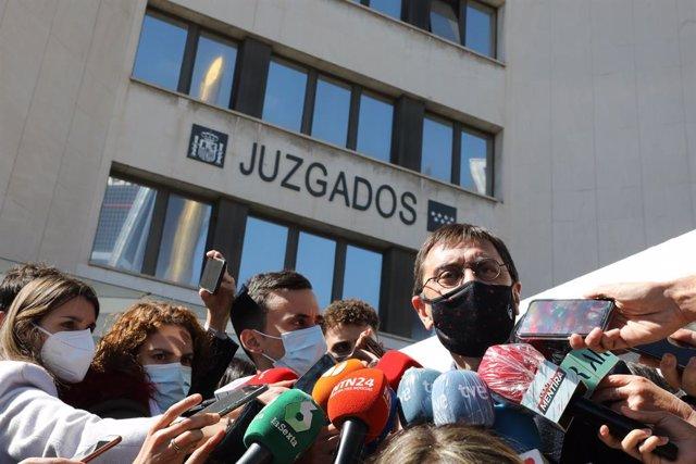 El cofundador de Podemos Juan Carlos Monedero responde a los medios a su salida de los Juzgados de Plaza de Castilla tras declarar como imputado por la presunta financiación irregular del partido 'morado' en el caso 'Neurona', en Madrid, (España), a 15 de