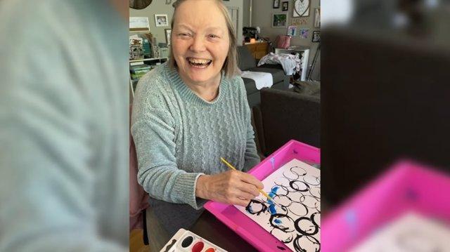 Hacer manualidades hace que esta mujer con demencia recupere la sonrisa