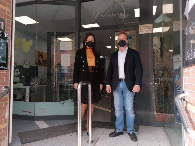 La delegada de Turismo de Huelva, María de los Ángeles Muriel, visita una de las agencias de viajes beneficiada de una ayuda de la Junta.