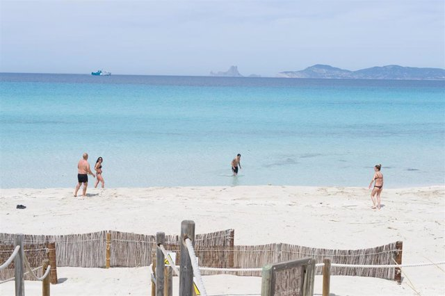 Archivo - Bañistas en la Playa de Ses Illetes de Formentera.