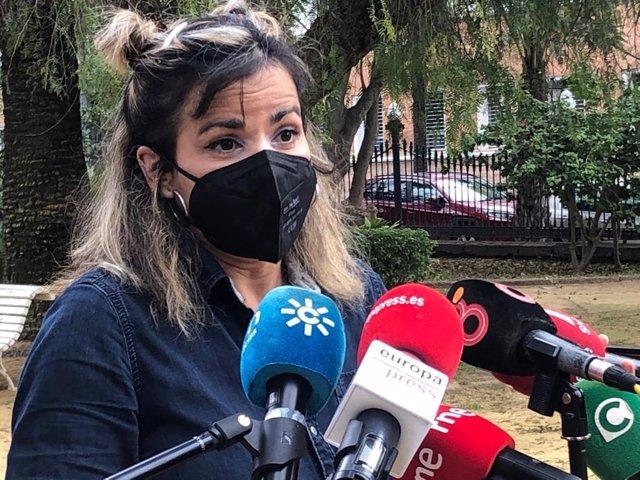 Archivo - Teresa Rodríguez haciendo declaraciones a los periodistas en Cádiz