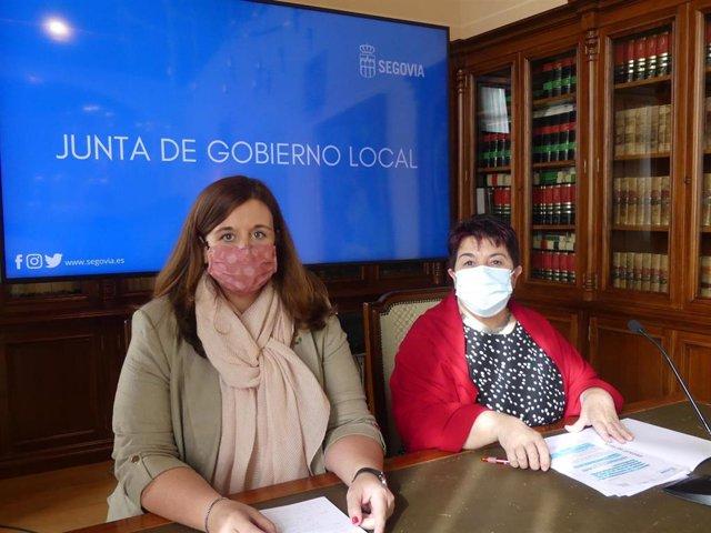 La concejal Clara Martín (I) y la alcaldesa Clara Luquero (D),
