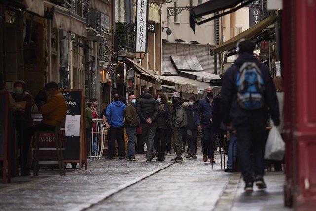 Archivo - Transeúntes pasean por una calle de Pamplona protegidos con mascarilla debido a la crisis sanitaria del Covid-19, en Pamplona, Navarra, (España), a 11 de octubre de 2020.
