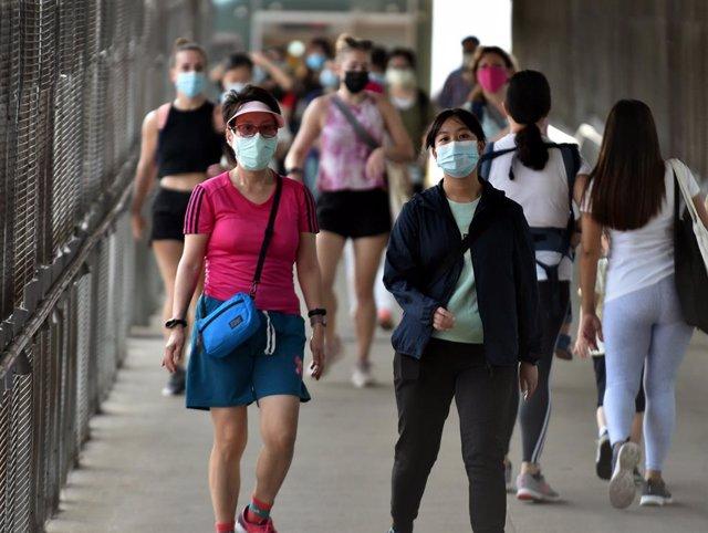 Personas caminando en Hong Kong