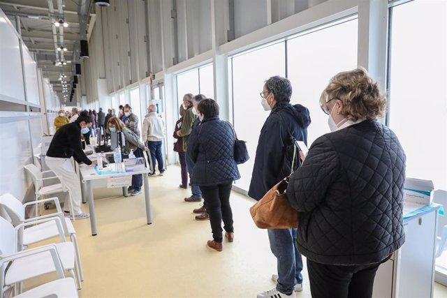 Varias personas acuden a recibir la vacuna contra el Covid-19 en el Hospital Isabel Zendal.