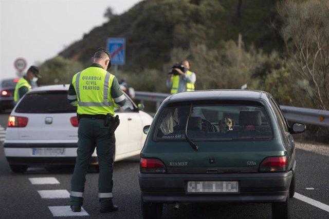 Control de movilidad de la Guardia Civil en la Autovía de la A-66 dirección Sevilla en las inmediaciones del El Ronquillo, Sevilla (Andalucía, España), a 26 de marzo de 2021.