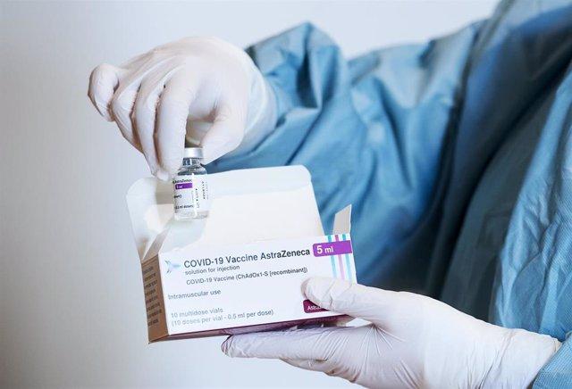 Una profesional sanitaria sostiene un vial con la vacuna de AstraZeneca, durante el inicio de la campaña de vacunación masiva frente al Covid-19, en el Palacio de Exposiciones y Congreso de Santander, en Cantabria (España), a 31 de marzo de 2021. Cantabri