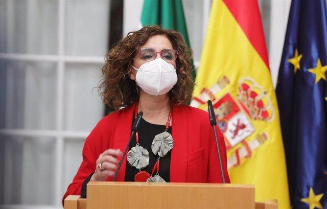 La ministra de Hacienda y portavoz del Gobierno, María Jesús Montero, este miércoles en Sevilla en la toma de posesión del nuevo delegado del Gobierno en Andalucía, Pedro Fernández.