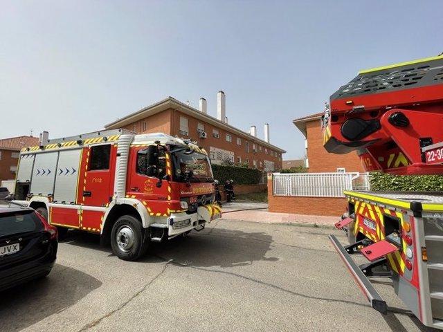 Desalojado sin heridos varias viviendas de Alcalá por el aparatoso incendio de tres coches en un garaje