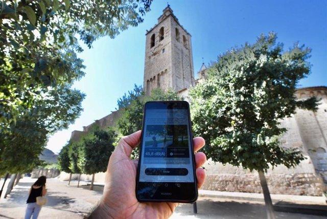 Archivo - Un mòbil registra el soroll ambiental al monestir de Sant Cugat del Vallès (Arxiu)