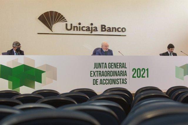 Junta extraordinaria de accionistas de Unicaja Banco, en Málaga el 31 de marzo de 2021. De izq a dcha: Ángel Rodríguez de Gracia, consejero delegado; Manuel Azuaga, presidente, Vicente Orti, vicesecretario no consejero y director.