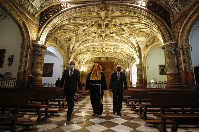 Un preso, vestido de cortejo,  es liberado por la Hermandad de La Soledad de San Jerónimo y Descendimiento de Jesús como viene siendo tradición cada Semana Santa. Granada a 30 de marzo 2021