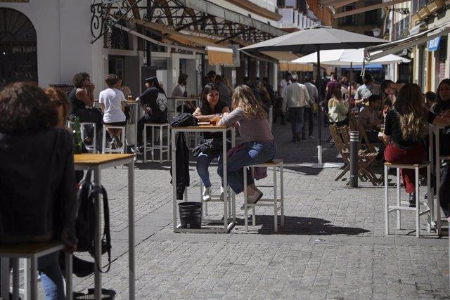 Personas en la terraza de un bar en Sevilla (Andalucía, España), a 12 de marzo de 2021.
