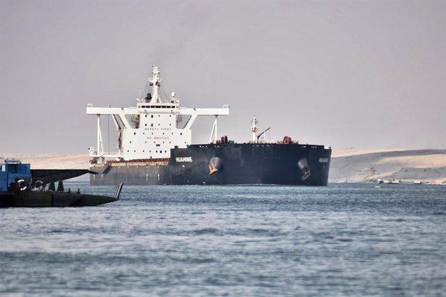 Gairebé 300 bucs de càrrega encara esperen per travessar el canal de Suez després del desbloqueig (Arxiu)