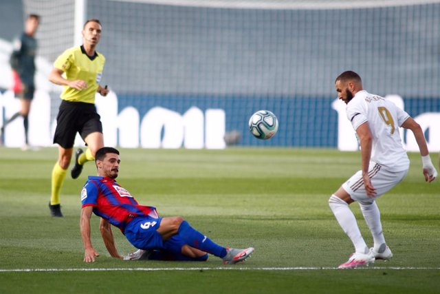 Archivo - Sergio Alvarez of Eibar and Karim Benzema of Real Madrid in action during the spanish league, LaLiga, football match played between Real Madrid and SD Eibar at Alfredo Di Stefano Stadium at Ciudad Deportiva Real Madrid in the restart of the Prim