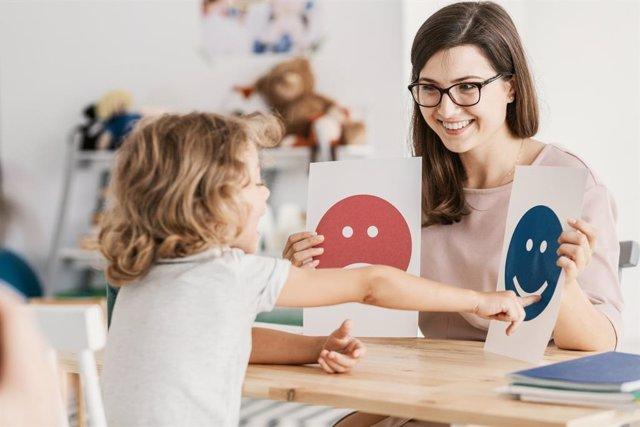 Archivo - Terapia con una niña con espectro autista.