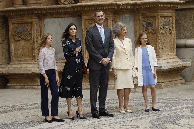 Archivo - La princesa de Asturias, Leonor, la reina consorte de España, Letizia Ortiz, rey de España, Felipe VI, Doña Sofía, y la infanta de España, Sofía, en la misa de Pascua celebrada en la Catedral de Palma de Mallorca