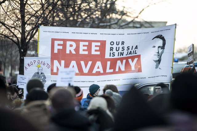 """Archivo - 31 January 2021, Berlin: Demonstrators hold a banner reads """"Free Navalny"""" during a demonstration against the detention of Russian opposition leader Alexei Navalny.  Navalny was immediately detained upon his arrival in Moscow earlier this month a"""
