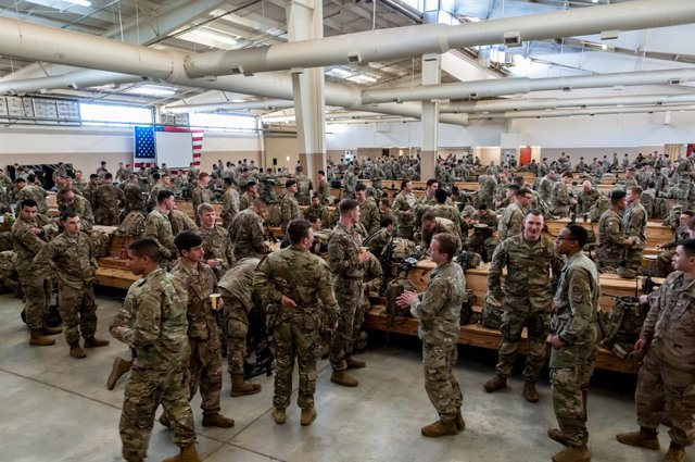 Archivo - 05 January 2020, US, Pope Army Airfield: US Army paratroopers from the 1st Brigade Combat Team, 82nd Airborne Division, prepare to be deployed in the Middle East in response to increased threat levels against US personnel and facilities in the a