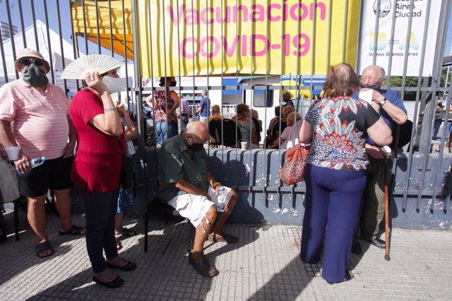 Cola en el primer día de vacunación en Argentina para la población mayor