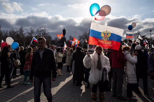 Archivo - Gente celebrando la anexión de Crimea a Rusia en 2015