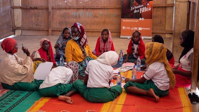 """Se presenta el cuento infantil """"Afaf y el Huevo Dorado"""", escrito e ilustrado por la artista multidisciplinar chadiana Salma Khalil gracias a Entreculturas, junto al Servicio Jesuita a Refugiados y en el marco de la Campaña La Luz de las Niñas"""
