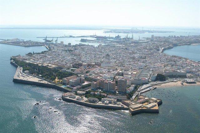 Archivo - Vista aérea de la ciudad de Cádiz