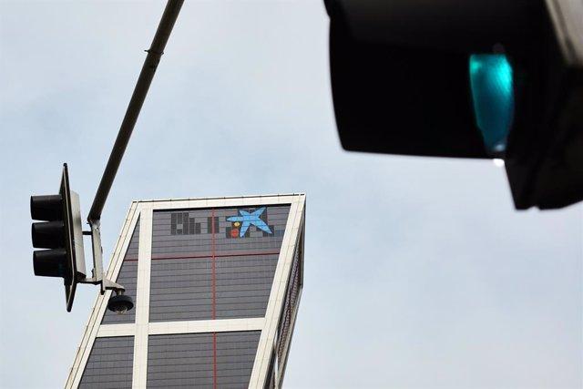 El logo de Caixabank tras la sustitución por el de Bankia en las torres Kio, en Madrid (España), a 27 de marzo de 2021.