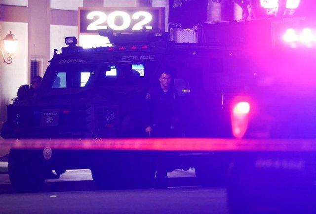 Un agente de Policía de pie fuera el edicio de oficinas en el que cuatro personas, entre ellas un menor, fueron abatidos este miércoles en la ciudad californiana de Orange.