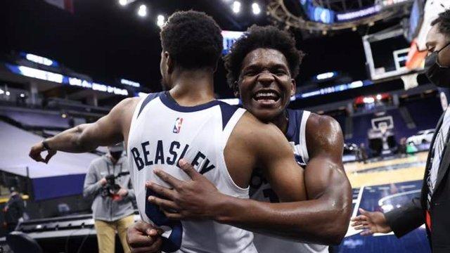 Malik Beasley i Anthony Edwards en el triomf dels Minnesota Timberwolves contra els New York Knicks a l'NBA.