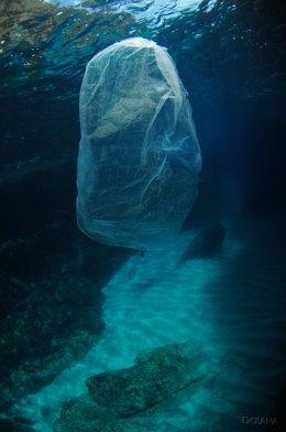 Archivo - Bossa de plàstic al mar (Arxiu)