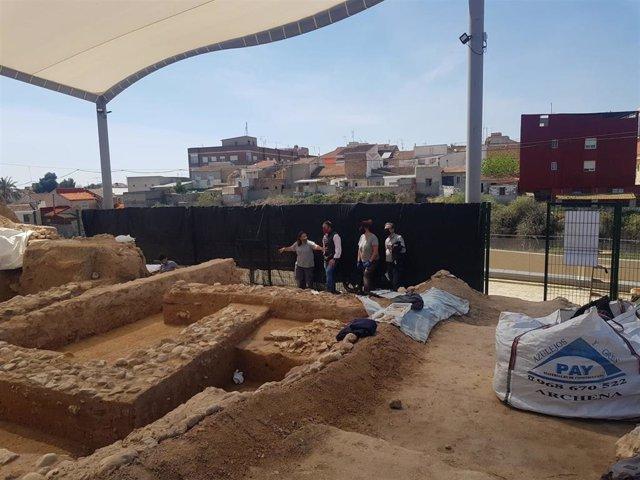 Visita del director general de Bienes Culturales, Rafael Gómez, y del alcalde de Librilla, Tomas Baño, al yacimiento romano localizado en el casco urbano