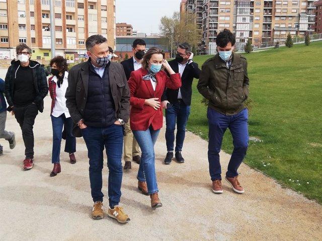 Cuca Gamarra pasea con miembros del PP de Logroño por el Parque Felipe VI de la capital riojana