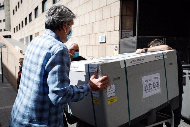 Operaris traslladen un carregament de vacunes de Covid-19 a l'interior de l'Hospital Nostra Senyora de Meritxell.