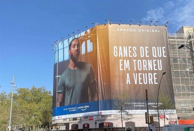 Lona publicitaria de Amazon Prime Video sobre la 'docuserie' de Sergio Ramos 'La Leyenda de Sergio Ramos', ubicada en Barcelona y emulando la lona de Joan Laporta al lado del Santiago Bernabéu