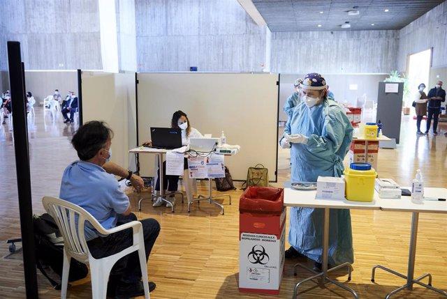 Un hombre se dispone a recibir la vacuna de AstraZeneca, en un dispositivo de vacunación masiva frente al Covid-19, en el Palacio de Exposiciones y Congresos de Santander, en Cantabria (España), a 31 de marzo de 2021.