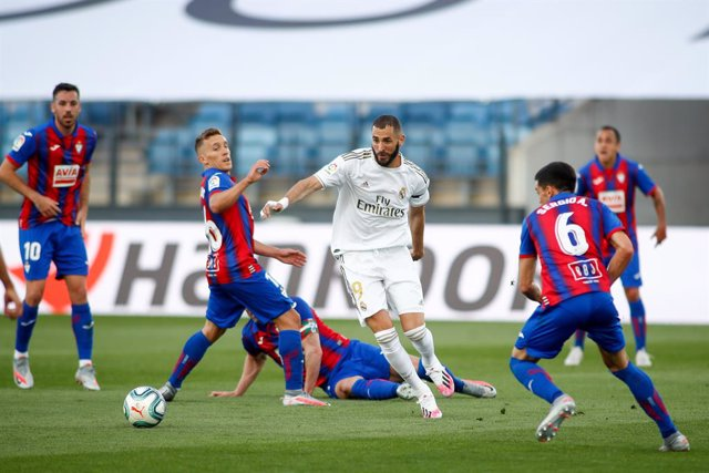 Archivo - Karim Benzema of Real Madrid and Pablo De Blasis of Eibar in action during the spanish league, LaLiga, football match played between Real Madrid and SD Eibar at Alfredo Di Stefano Stadium at Ciudad Deportiva Real Madrid in the restart of the Pri