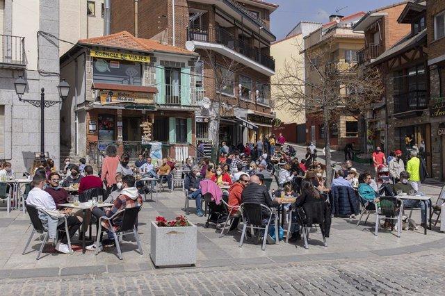 Una terraza llena de gente durante el primer día del puente de Semana Santa, en Cercedilla, Madrid (España), a 1 de abril de 2021. Muchos madrileños visitan los diferentes pueblos de Madrid durante las vacaciones de Semana Santa debido al cierre perimetra