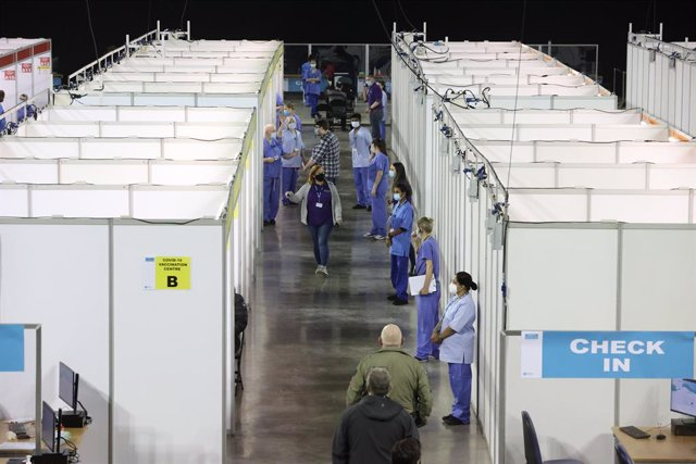 29 March 2021, United Kingdom, Belfast: Health workers line up in front of booths at the newly opened Covid-19 vaccination centre in the SSE Arena of Belfast. Photo: Liam Mcburney/PA Wire/dpa