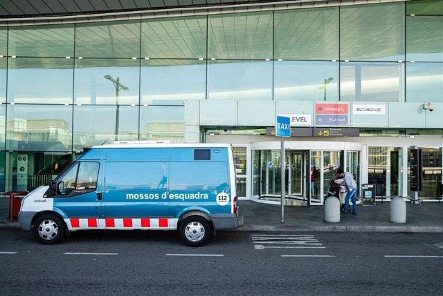 Archivo - Una furgoneta de los Mossos d'Esquadra aparca frente a la entrada del aeropuerto El Prat, en Barcelona / Catalunya (España), a 20 de marzo de 2020.