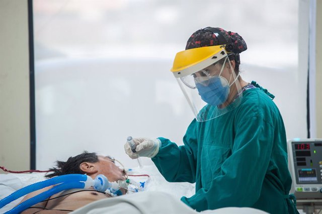 26 March 2021, Ecuador, Quito: A medic attends to a patient suffering from COVID-19 complications at the intensive care unite of the IESS Quito Sur hospital. Photo: Juan Diego Montenegro/SOPA Images via ZUMA Wire/dpa
