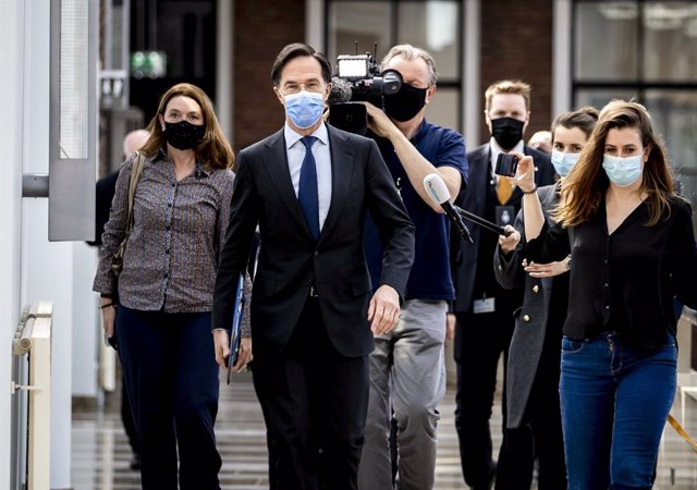 01 April 2021, Netherlands, The Hague: Netherlands' Prime Minister Mark Rutte (2nd L) is followed by journalists in the parliament building. Rutte is in serious trouble after he misinformed parliament and actively sought to move an inconvenient lawmaker t