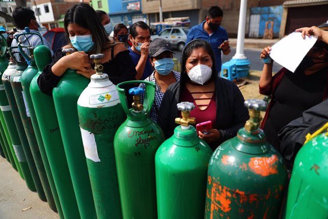 Archivo - 07 February 2021, Peru, Lima: Several people wait to refill their oxygen tanks, stating that they have been waiting for two days and the prices have been increased. Photo: -/El Comercio via GDA via ZUMA Wire/dpa