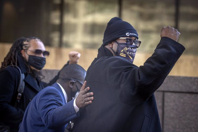 01 April 2021, US, Minneapolis: George Floyd's family member Philonise Floyd makes his way into the Hennepin County Government Center for the fourth day of the trial against former Minneapolis police officer Derek Chauvin in the death of George Floyd. Pho