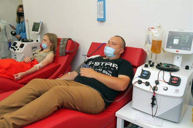 Archivo - Pacientes que han superado el coronavirus donan plasma en Ucrania