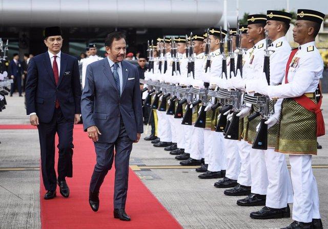 Archivo - El sultán de Brunéi, Hassanal Bolkiá (d), durante una visita oficial a Malasia