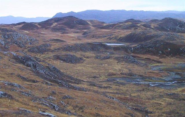Un lago de aislamiento en el noroeste de Escocia. El sedimento analizado del fondo de este lago de baja altitud nos dice que alguna vez estuvo conectado al océano