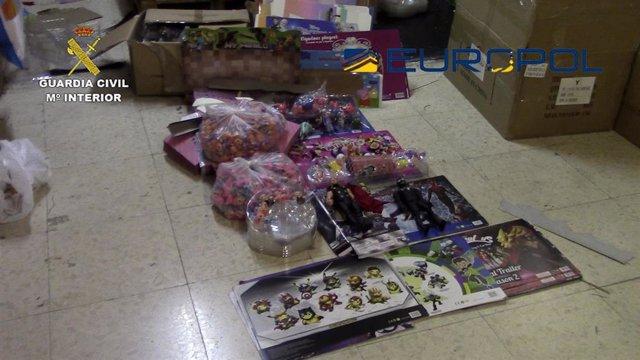 La Guardia Civil interviene en España 150.000 juguetes falsos y que no cumplían las medidas de seguridad, en el marco de una operacion de Europol en 24 países.